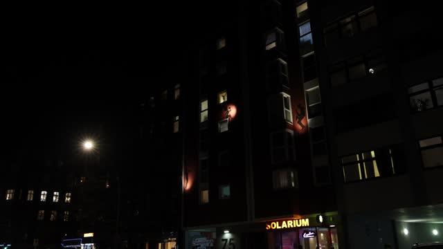vídeos y material grabado en eventos de stock de different musicians are depicted on a house facade in the district moabit under a four-week semi-lockdown during the second wave of the coronavirus... - centro de berlín