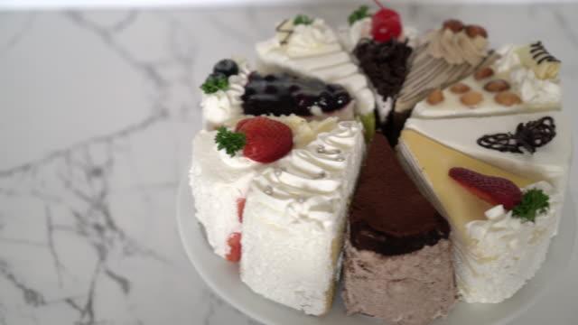 verschiedene Stücke des Kuchens auf Ständer