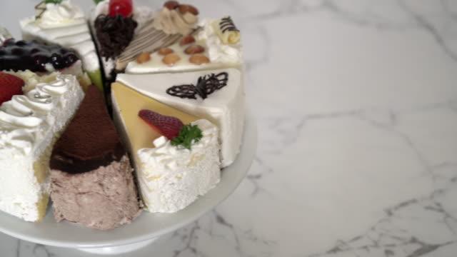 verschillende stukken van cake op stand