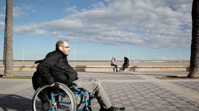 vídeos de stock e filmes b-roll de difficulty traveling wheelchair - stock video - paralisia