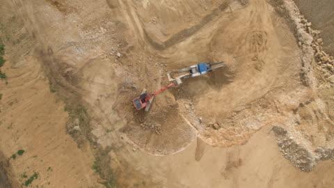 vidéos et rushes de digger and impact crusher - industrie minière