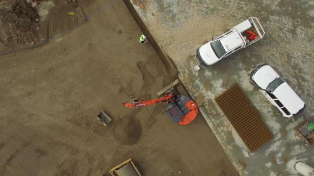 digger at building site - digging点の映像素材/bロール