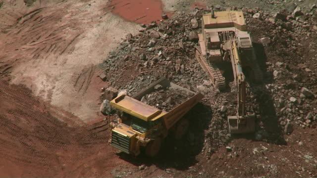 ws ha digger loading truck in quarry / taben, rheinland-pfalz, germany - rheinland pfalz stock-videos und b-roll-filmmaterial