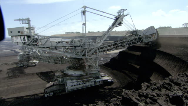 vidéos et rushes de ws ha digger picking up ore, loy yang power plant, victoria, australia - coal