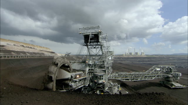 ws digger picking up ore, loy yang power plant, victoria, australia - bergbau stock-videos und b-roll-filmmaterial