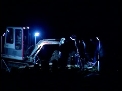 bureau night gv diggers at work exhuming body of joan melia - kommode stock-videos und b-roll-filmmaterial