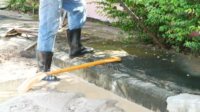 大きな水道管を修理するための木を掘り - 修理する点の映像素材/bロール