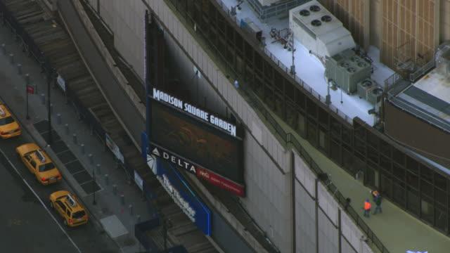 vídeos de stock e filmes b-roll de a digital billboard hangs on madison square garden in new york city. - madison square garden