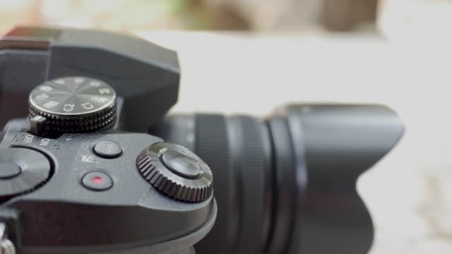 spiegellose digitalkamera - digitalkamera bildschirm stock-videos und b-roll-filmmaterial