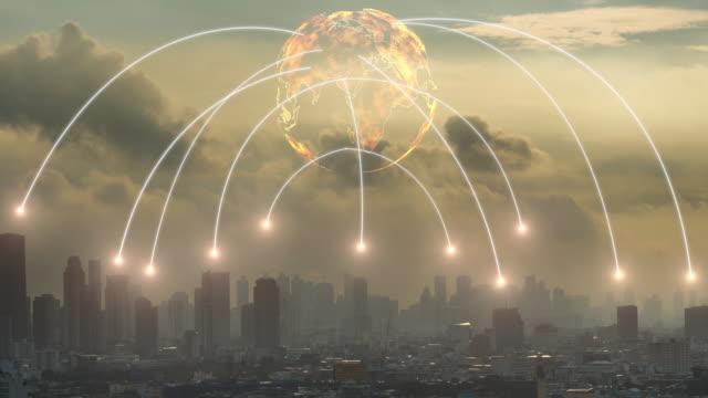 vídeos de stock, filmes e b-roll de linha de conexão de rede digital 4k entre mundo global e construção de comunidade sobre crepúsculo paisagem urbana no tempo do sol, clip de lapso de tempo, conceito de tecnologia e futurista - manipulação digital