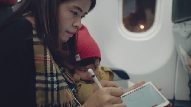 stockvideo's en b-roll-footage met digitale pen - japanese mom