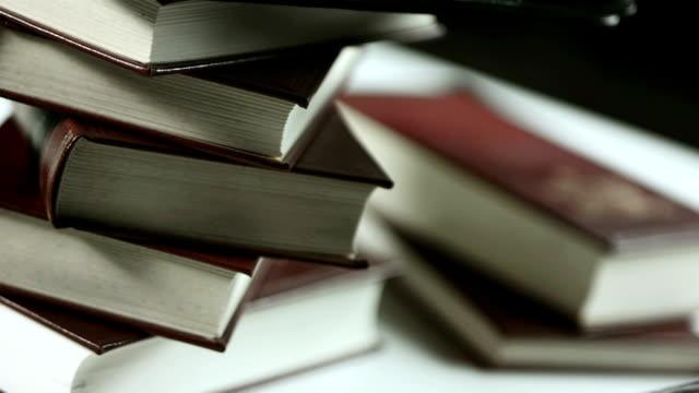 vídeos de stock, filmes e b-roll de hd: tablet digital contra livro impresso - old book