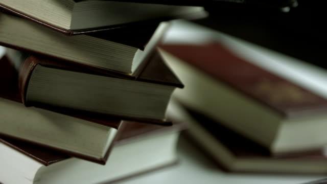 HD: Digitale Tablet gegen Buchs