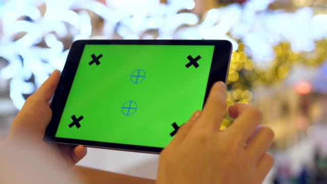 digital-tablette bei shopping-mall auf weihnachts-event - halten stock-videos und b-roll-filmmaterial