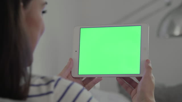 Digitale tablet chromakey, vrouw close-up op een sofa.