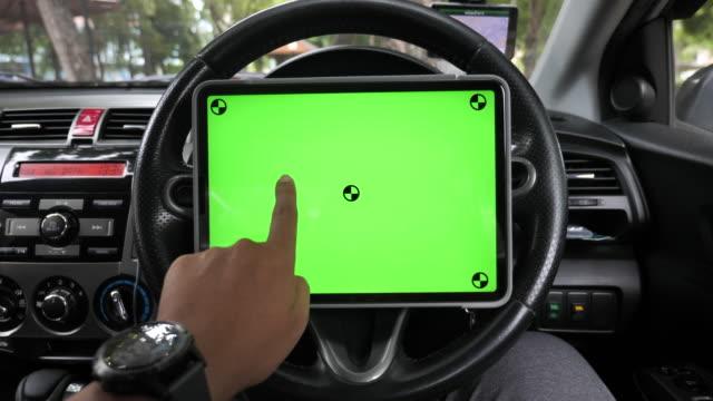 車のデジタルタブレットグリーンスクリーン - 自動車ショールーム点の映像素材/bロール