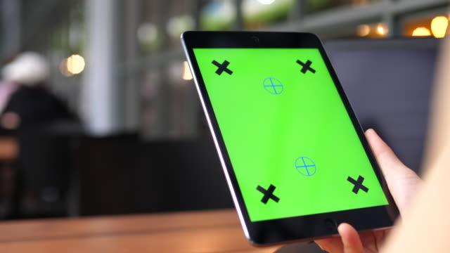 vídeos de stock e filmes b-roll de digital tablet green screen tablet - segurar