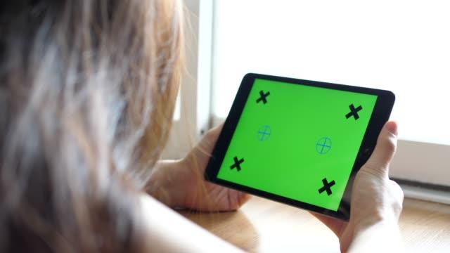 stockvideo's en b-roll-footage met digitale tablet, groen scherm - over shoulder