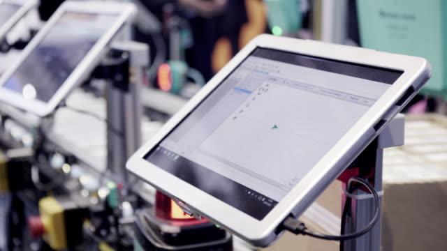 digital-tablette in industriellen 4.0 - kommerzielle herstellung stock-videos und b-roll-filmmaterial