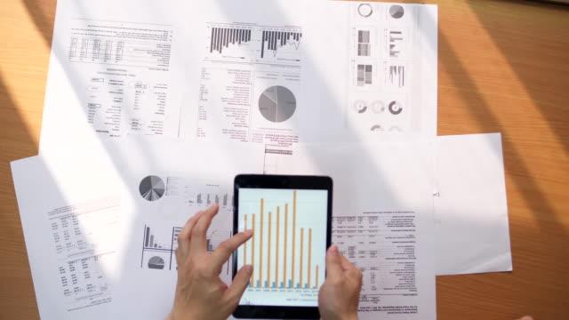 vídeos de stock e filmes b-roll de digital tablet laptop computer and finance charts - representação gráfica