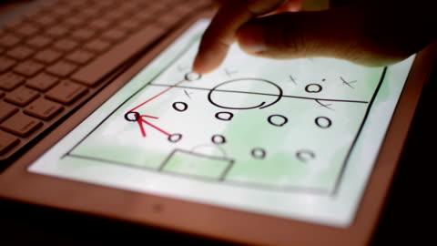 vídeos y material grabado en eventos de stock de tableta digital estrategia para el partido de fútbol o fútbol de retardo. - estrategia