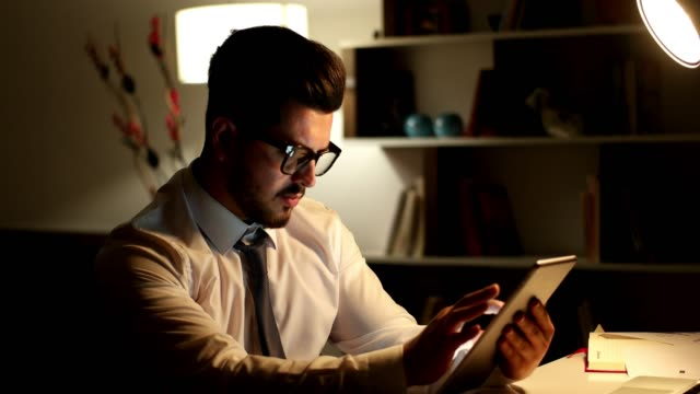 digital tablet with business chart - relazione d'affari video stock e b–roll