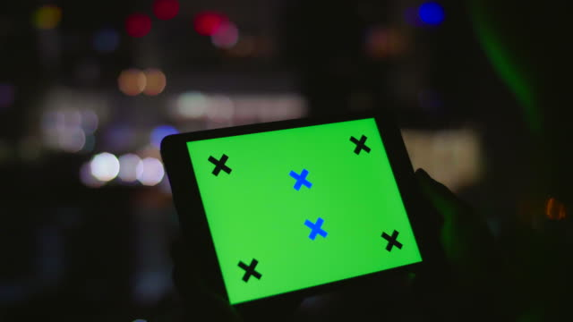 vídeos de stock, filmes e b-roll de digital tablet com tela verde - modelo web