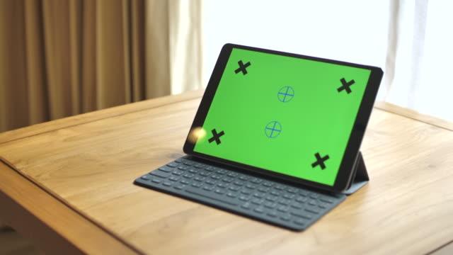vídeos de stock, filmes e b-roll de tablet digital com tela verde - manhã