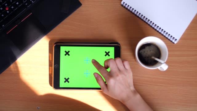 vídeos y material grabado en eventos de stock de tableta digital, clave de croma - dedo humano