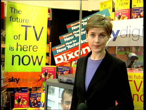 vídeos de stock, filmes e b-roll de digital television; digital television; itn england: london: int i/c people looking at digital television on television in dixons shop and buying... - smart