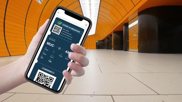 vídeos y material grabado en eventos de stock de certificado de pasaporte de vacuna digital en aplicación móvil para turistas - prevención de enfermedades