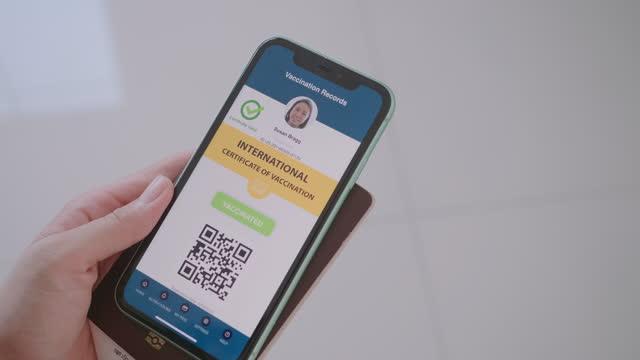 vídeos y material grabado en eventos de stock de pasaporte de vacuna digital en aplicación móvil - prevención de enfermedades