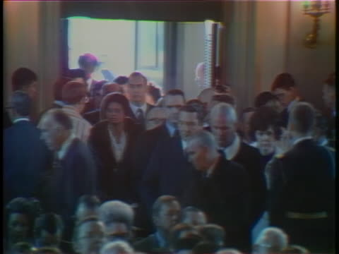 vidéos et rushes de dignitaries enter the national city christian church for lyndon baines johnson's ceremonial state funeral in washington, dc. - eugene j. mccarthy