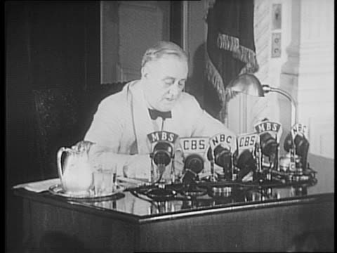 vídeos y material grabado en eventos de stock de dignitaries line up to shake the president's hand in white house east room / announcer at microphone for cbs mbs wusv wjsc / cameras flash television... - franklin roosevelt