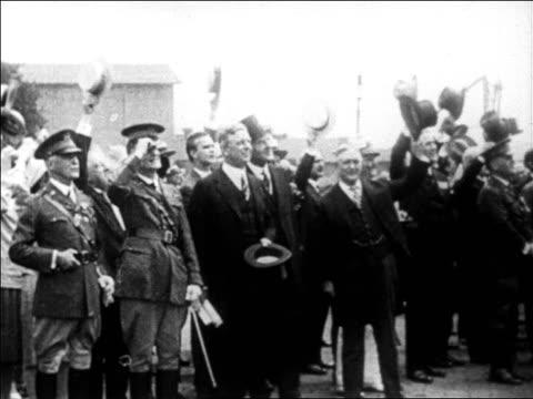 stockvideo's en b-roll-footage met b/w 1927 dignitaries waving to lindbergh / newsreel - hogehoed