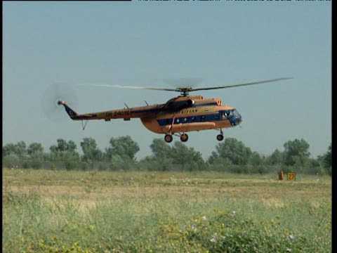 dilapidated military helicopter lands in barren landscape uzbekistan - landscape scenery点の映像素材/bロール