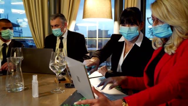 vidéos et rushes de des femmes d'affaires qui travaillent dur avec diligence réfléchissent à de nouvelles idées de travail pendant la conférence d'entreprise - voyage d'affaires