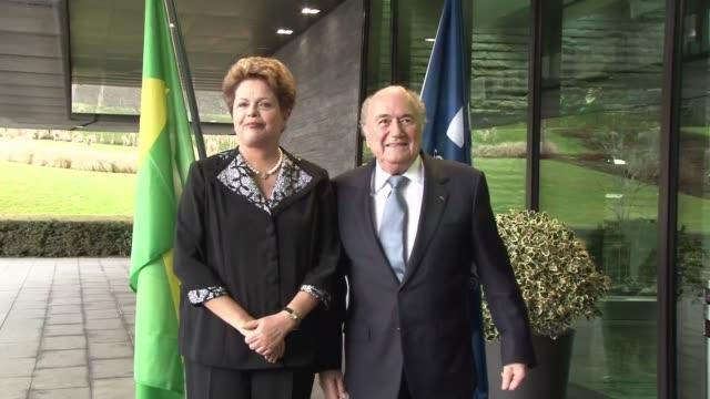 dilma rousseff se reune con el president de la fifa sepp blatter tras las criticas por los retrasos en las obras mientras se anunciaba que el estado... - südbrasilien stock-videos und b-roll-filmmaterial