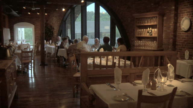 stockvideo's en b-roll-footage met ws ds. diners enjoying food and scenic view in restaurant's dining room / windsor, vermont, usa - dining room