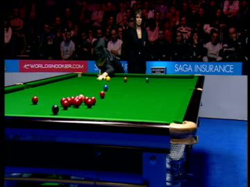 ding junhui makes great opening red to finish on black as he begins 147 break against anthony hamilton, the masters wild card round, wembley... - キューボール点の映像素材/bロール