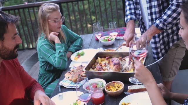 vídeos de stock, filmes e b-roll de jantar na boa companhia - formal garden