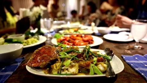 vídeos y material grabado en eventos de stock de mesa de comedor en fiesta - hotel de lujo