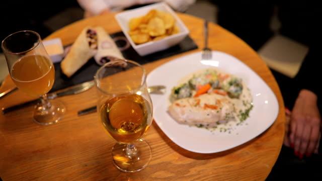vídeos y material grabado en eventos de stock de cena para dos personas sobre mesa en restaurante - modales de mesa