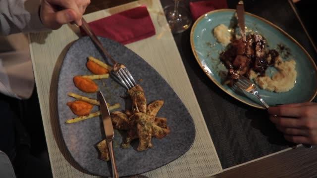 vídeos de stock, filmes e b-roll de jantar para dois - jantar sofisticado