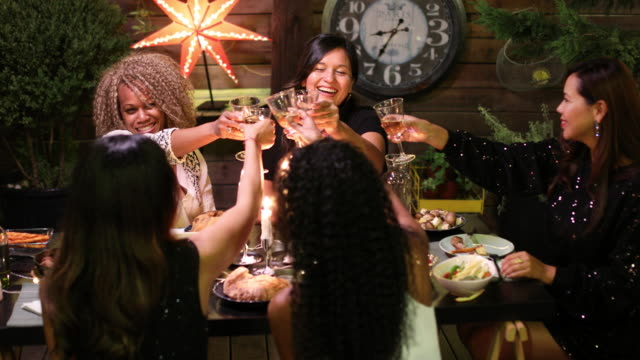 vídeos y material grabado en eventos de stock de partido de cena - anfitriona de la fiesta