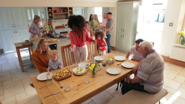 vidéos et rushes de préperations du dîner - famille multi générations