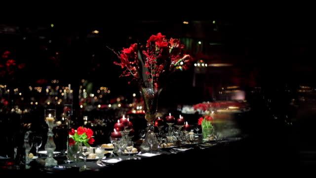 vídeos de stock e filmes b-roll de dinner table decoration at luxury hotel - banquete