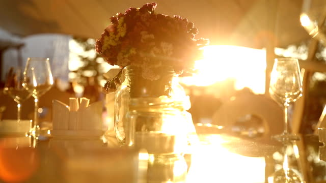 vídeos de stock e filmes b-roll de dinner table in sunset - casamento