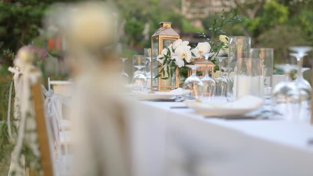 abendessen tischeinstellung bei hochzeitsbankett oder gala-dinner. - dekoration stock-videos und b-roll-filmmaterial