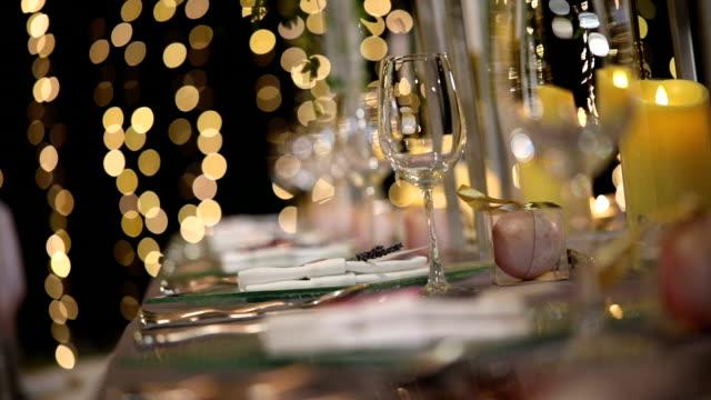 vídeos de stock, filmes e b-roll de configuração de mesa de jantar na recepção do casamento. - banquete
